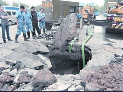 137 1106 ken10 - Внезапное появление провалов в земле стало причиной паники в Китае. Фоторепортаж