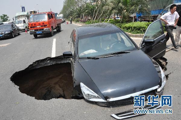 137 1106 ken12 - Внезапное появление провалов в земле стало причиной паники в Китае. Фоторепортаж