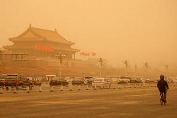 Сильная песчано-пылевая буря окутала Пекин оранжевой пеленой