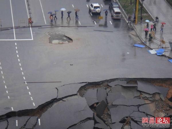 Большой провал образовался посередине дороги на северо-востоке Китая