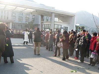 Сотни человек встречают своего героя-правозащитника на востоке Китая