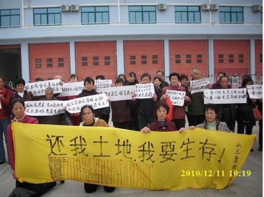 В Китае крестьяне на коленях просят еду у правительства