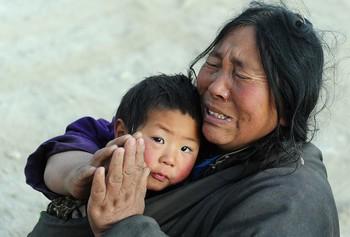Жители пострадавших от землетрясения районов в Тибете требуют от властей  оказания материальной помощи