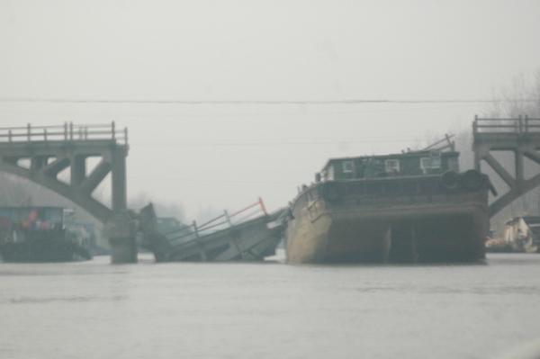 137 u91 2812 qiao - Баржа протаранила мост на востоке Китая
