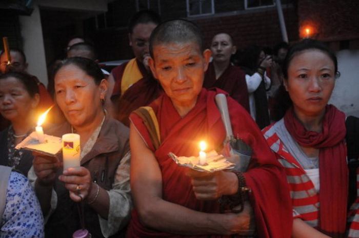 Полиция избивает протестующих тибетских студентов