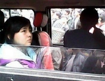 В Китае арестовали девочку, пролившую воду на машину чиновника