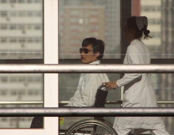 Слепой китайский адвокат покинул посольство США