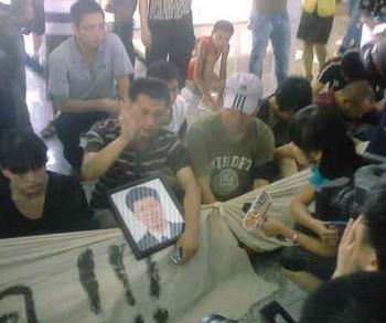 Китайцы недовольны действиями властей после железнодорожной катастрофы