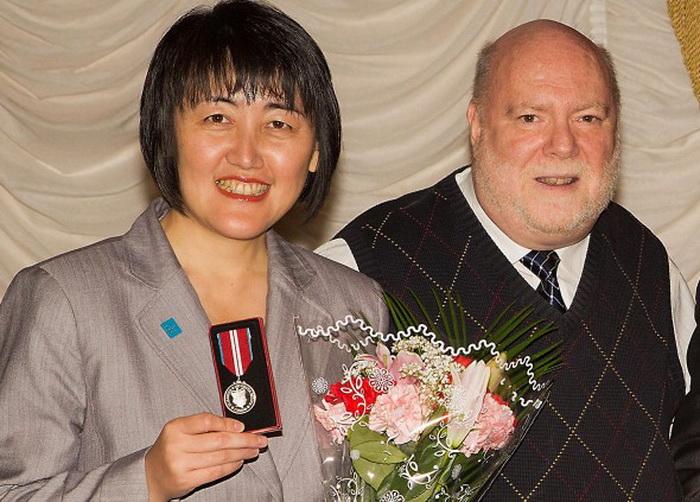126 15 10 12 ET - Издателя канадской «Великой Эпохи» наградили Алмазной юбилейной медалью королевы Елизаветы II