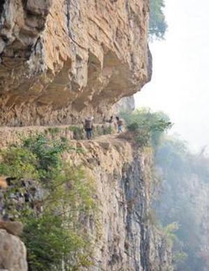 Засуха в Китае. Опасный путь детей за водой