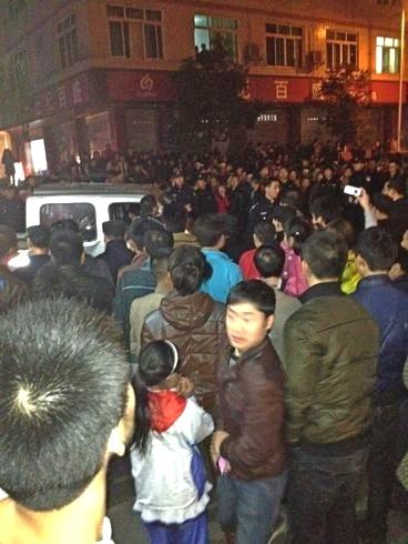 Китайские полицейские избили ребёнка, что вызвало массовый протест
