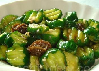 Салат из огурцов со сливой