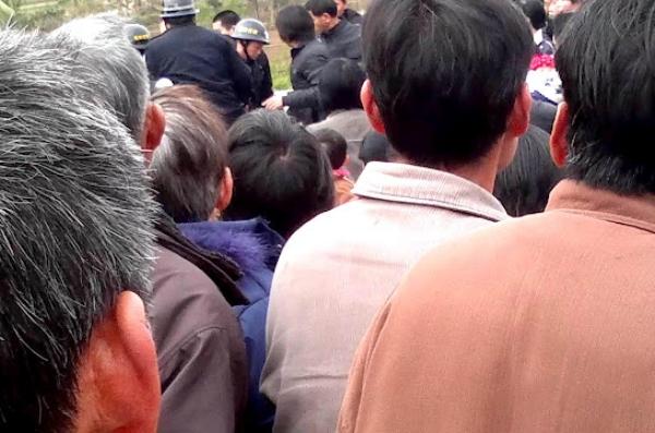 В Китае сотни крестьян вышли с протестом в защиту окружающей среды