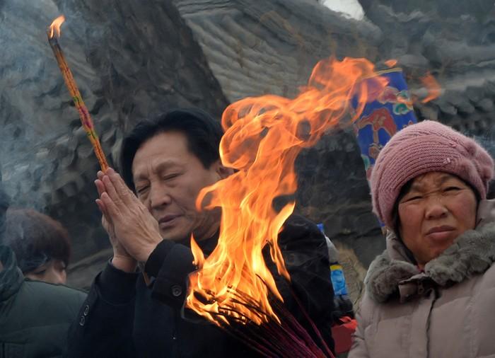На Новый год китайцы идут в храмы просить счастья