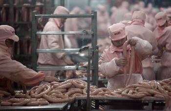 В Китае обнаружено подпольное производство колбасы из тухлого мяса