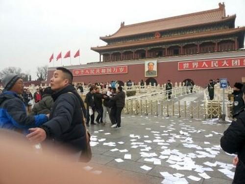 На главной площади Китая петиционеры разбросали тысячи листовок