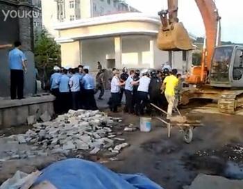 163 chengguanPLA1 - В Китае чэнгуань подрались с военными