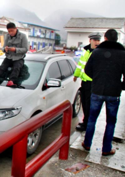 191 ChinaCar3 - Китаец прокатился на лобовом стекле машины своего должника