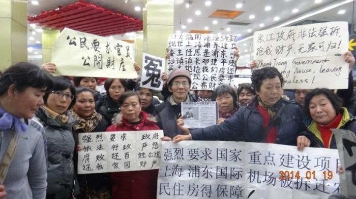 Тысячи человек вышли на демонстрацию во время парламентской сессии в Шанхае