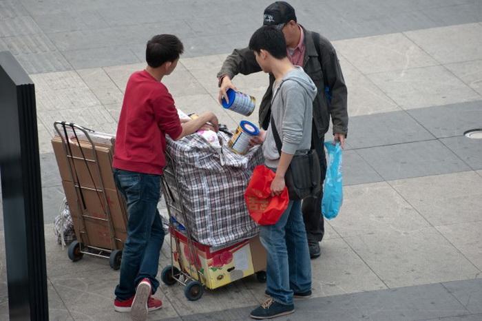 Китай стремится доминировать, но не в состоянии производить качественную молочную смесь