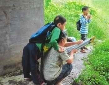 197 boy hands 4 - Сила духа: мальчик с ДЦП каждый день ходит в школу на руках