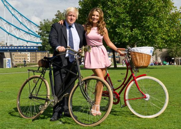 Фоторепортаж о велосипедной прогулке Келли Брук с мэром Лондона Борисом Джонсоном