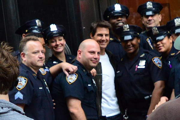 102 3898997 - Том Круз на фотосессии с полицейскими