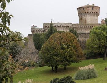 126 04 07 10 TUSKAN - Один из курортов Италии оградил себя от инвестиций богатых россиян