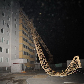В центре Читы башенный кран упал на строящийся дом