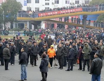 126 24 02 12 pensiya - В Китае акция протеста нескольких тысяч пенсионеров длилась  два дня