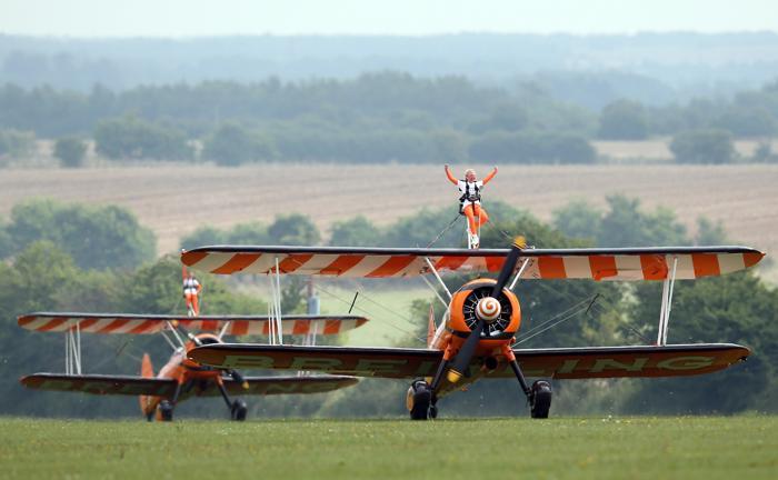 Две 9-летние девочки совершили полёт, стоя на крыльях бипланов