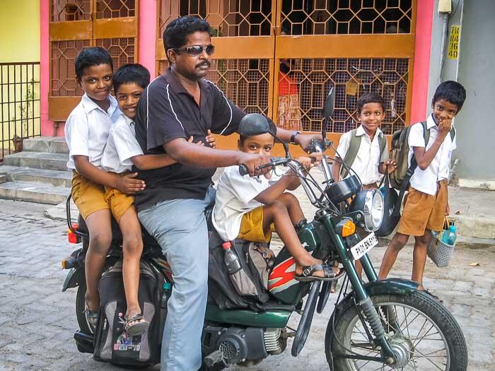 Мотоцикл — семейный транспорт в Индии