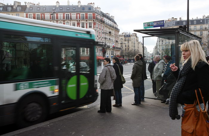 163 parich 111212 - В Милане лопают пузырьки на автобусных остановках