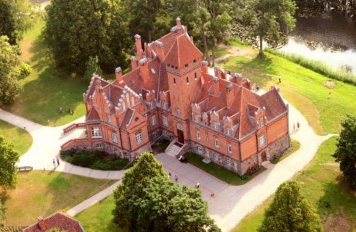 История дворца Яунмокс с привидением и уникальной керамической плиткой
