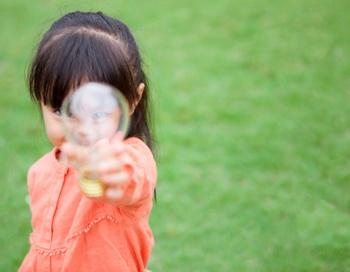 Трехлетняя американка ест лампочки, камни и кирпичи