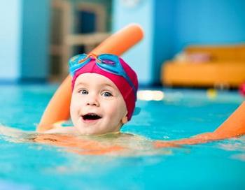 Плавание благотворно влияет на умственное развитие детей