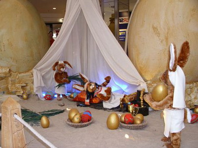 Пирамида из яиц, построенная сорока одним пасхальным зайцем. Фотообзор