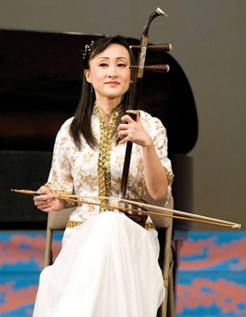 163 240910 shenYun - Ци Сяочунь - исполнительница  на эрху, солистка оркестра труппы Shen Yun