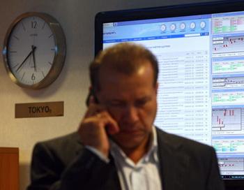 Рынок акций РФ колеблется на уровнях закрытия вторника на неоднозначном внешнем фоне
