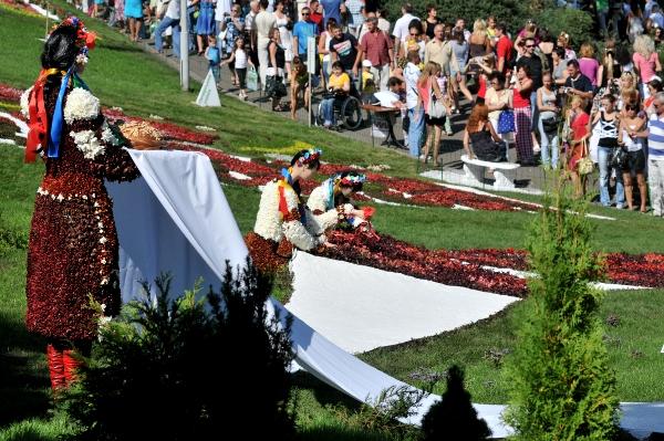 75 kii 2 - Выставка цветов «Река вышиванок» открылась в Киеве