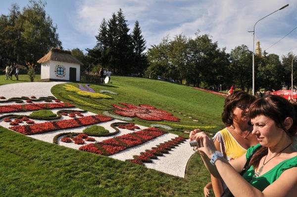 75 kii 6 - Выставка цветов «Река вышиванок» открылась в Киеве