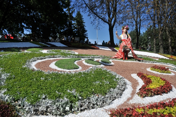 75 kii 8 - Выставка цветов «Река вышиванок» открылась в Киеве
