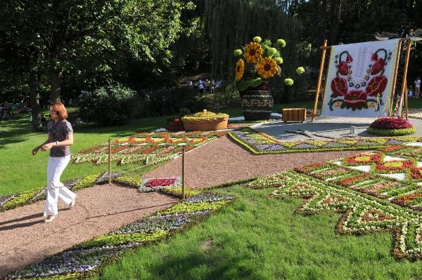 75 kii 9 - Выставка цветов «Река вышиванок» открылась в Киеве
