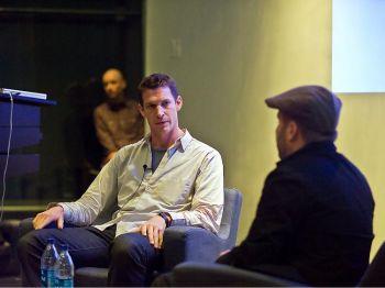 «Великая Эпоха» проводит форумы в память о погибших фотографах Тиме Хетерингтоне и Крисе Хондросе, убитых  в Ливии в апреле