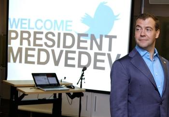 Шварценеггер в Tвиттере пригласил Медведева вместе покататься на лыжах