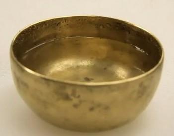 Когда поет тибетская чаша, вода пускается в пляс (видео)