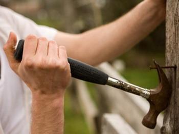 Когда руки заняты, труднее вспоминать название инструментов