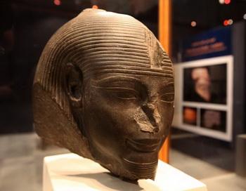 При раскопках гробницы Аменхотепа III  обнаружена массивная статуя