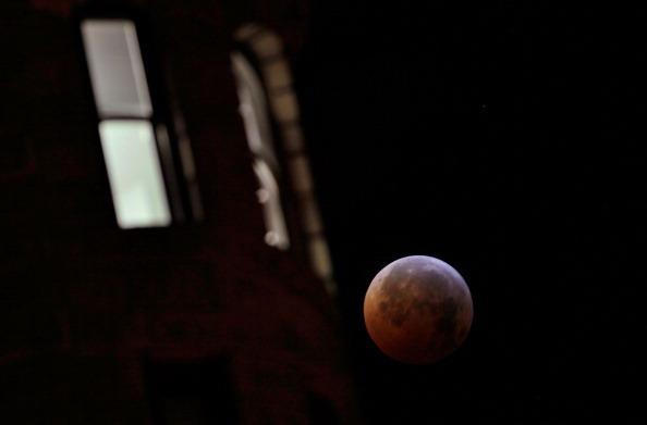 Зимнее солнцестояние  2010 года впервые  за 400 лет совпало с полным лунным затмением