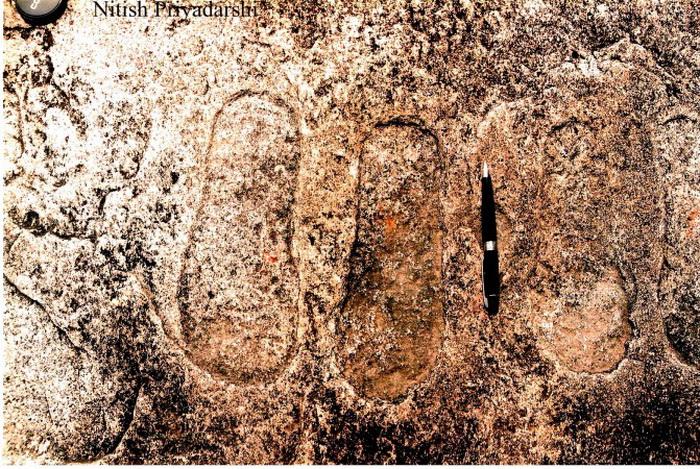 191 Foot print 3 - В Индии на камне обнаружили отпечатки ног